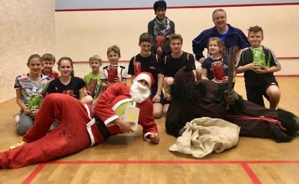 KSC-Kids und John begrüßen mit unserer guten Seele Paula den Nikolaus